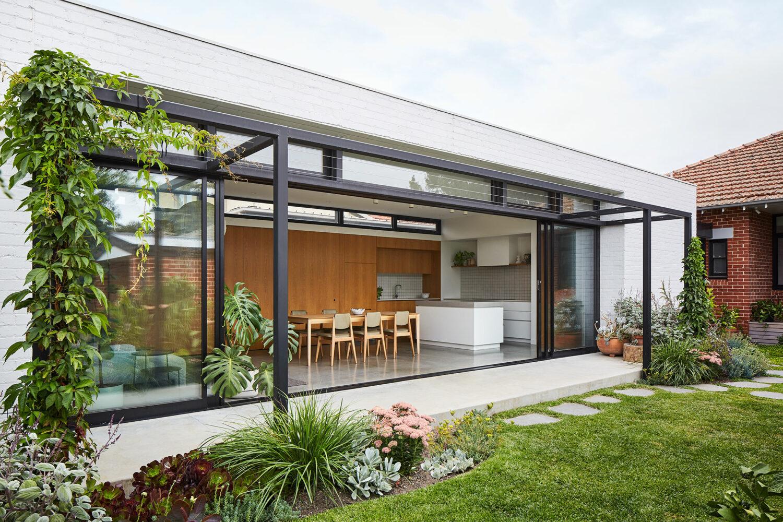 Maike Design garden connection. Kitchen and Dining room. White bricks and black frame