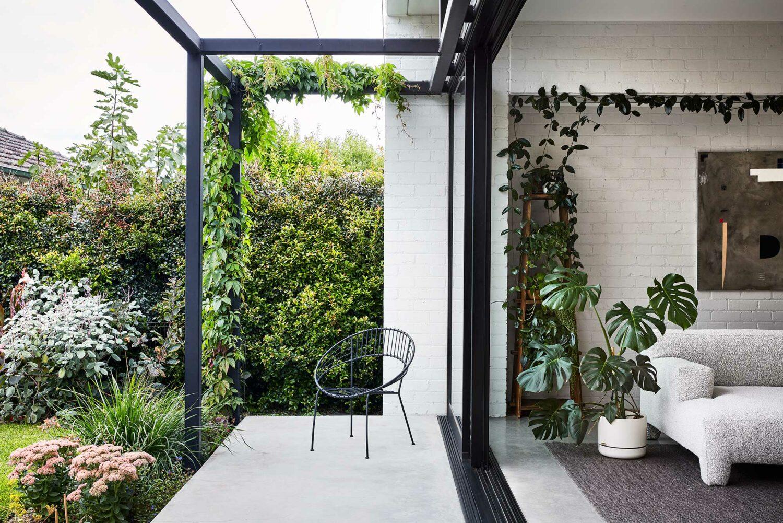 Maike Design garden connection. White bricks and black frame